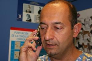 El cliente se pone en contacto por teléfono para que el veterinario le oriente